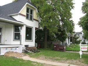 neighboring house of 719 N Broadway